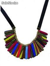 Collar con tiras multicolor