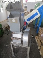 Cutter with blades, cutting chamber of 200 x 150 mm, and extraction sieve motor