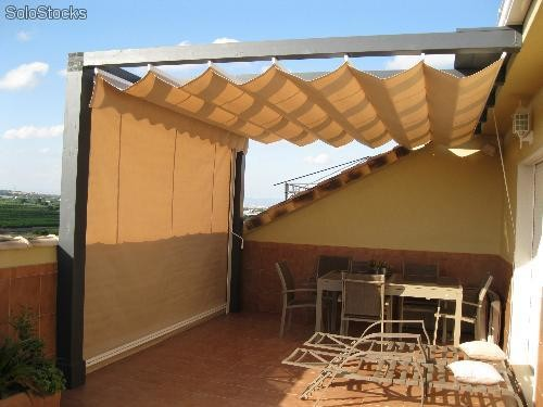 Pergolas con toldo porches de madera con toldo integrado for Toldo retractil precio